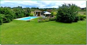Une belle piscine dans le jardin